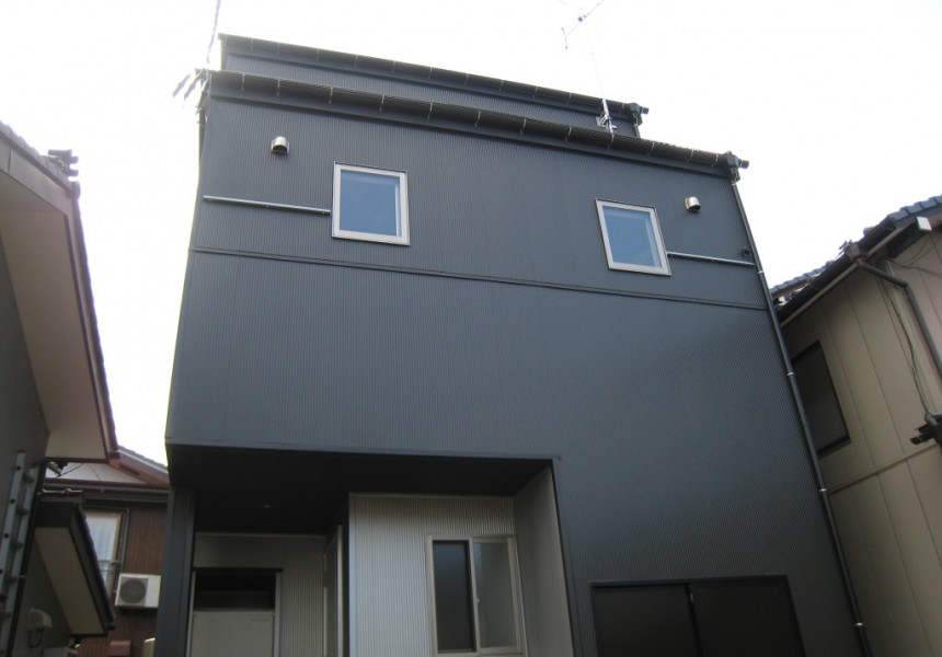 小さな敷地に建つ家