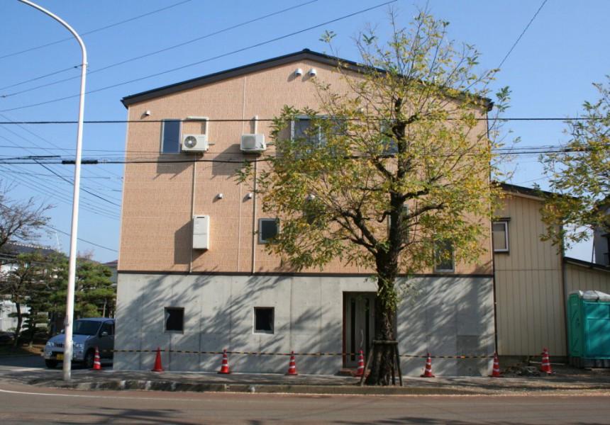 変形した敷地に建つ家